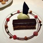 チョコレートとヘーゼルナッツのガトー ピスタチオのアイスクリームと共に