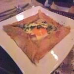 生ハムとモッツァレラチーズ、卵のそば粉のガレット