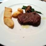 牛ヒレ肉のステーキ ポテト添え